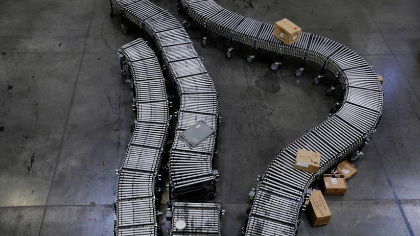 Versandhandel: Zahlreiche Pakete, wie hier in einer Amazon-Filiale, gehen als Retouren zurück.