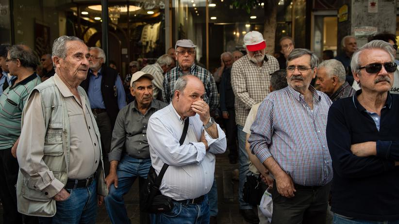 Griechenland-Krise: TOPSHOT - Pensioners take part in demonstration outside the Ministry of Finance against planned pension reforms, in central Athens, on April 25, 2018. (Photo by ANGELOS TZORTZINIS / AFP)        (Photo credit should read ANGELOS TZORTZINIS/AFP/Getty Images)
