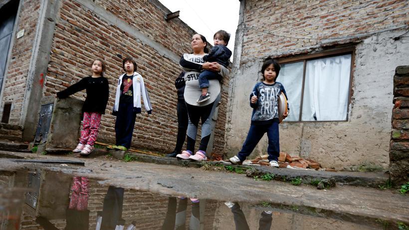 Welternährung: Eine Mutter mit ihren Kindern in Buenos Aires. In Argentinien sind in den vergangenen Monaten Tausende in die Armut abgerutscht, weil sie ihre Arbeit verloren und jetzt nicht einmal eine Chance auf eine prekäre Beschäftigung haben. Die Arbeitslosigkeit wächst.