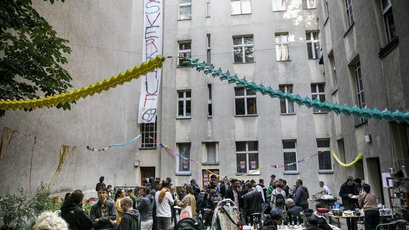 Wohnungskauf: Hoffest in Berlin als Protest gegen den Verkauf des Hauses an einen Investor: Nach Vorstellungen des DIW könnte Mietkauf gegen die Wohnungsnot helfen.