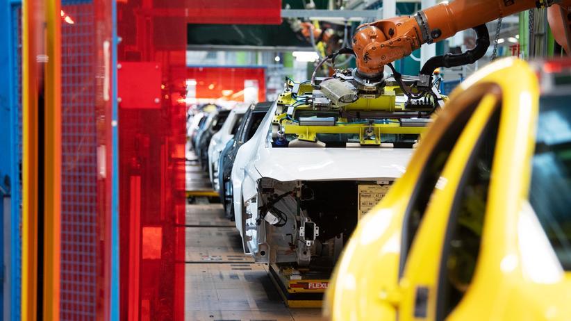 Konjunktur: Ein Roboter baut eine Windschutzscheibe in einen Mercedes ein.