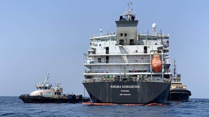 """Ölexporte: Boote der US Navy begutachten Mitte Juni 2019 die Schäden am japanischen Öltanker """"Kokuka Courageous"""". Die USA machen den Iran für einen Angriff auf das Schiff in der Straße von Hormus verantwortlich."""