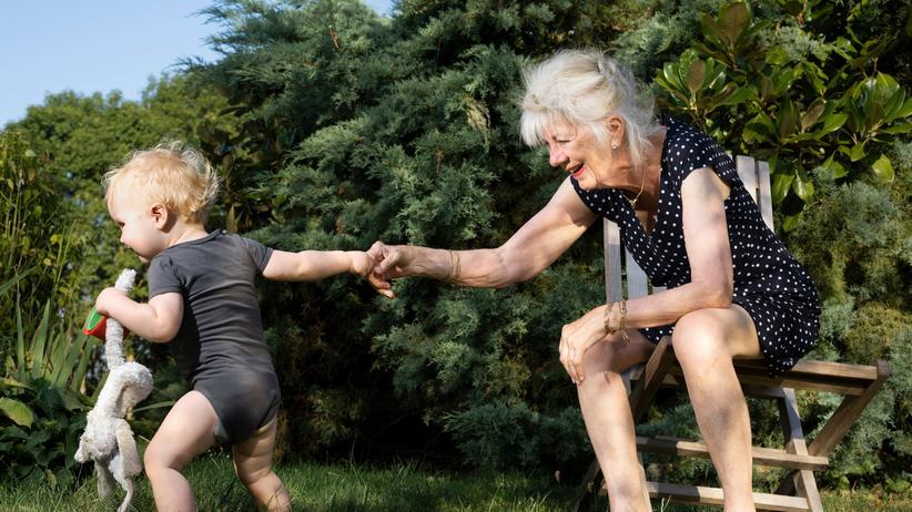 Rente: Erst wenn sie eine Familie gründen und dadurch weniger arbeiten, tappen viele Frauen in die Rentenfalle: Ihre Ansprüche sind bis zu 27 Prozent geringer als die der Männer.
