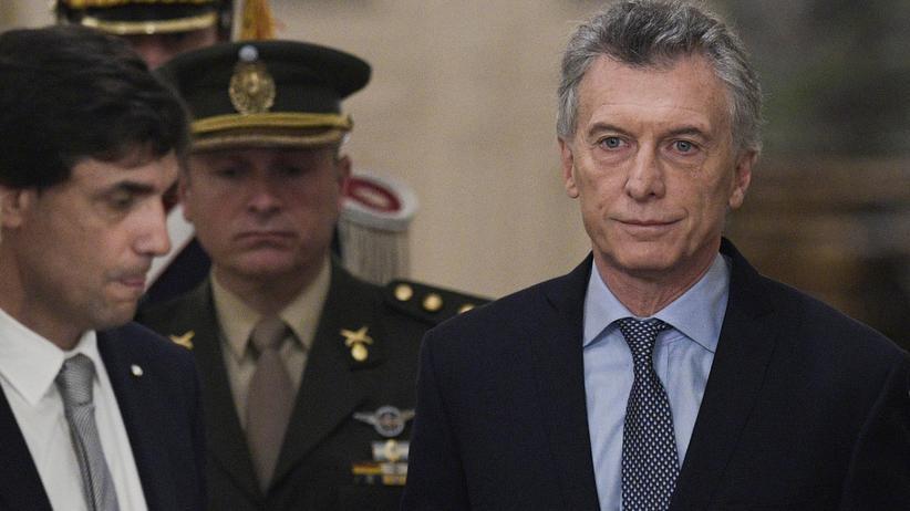 Argentinien: Argentiniens Präsident Mauricio Macri (r.) bei der Vereidigung des neu ernannten argentinischen Finanzministers Hernán Lacunza am 20. August 2019 in Buenos Aires