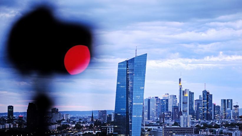 EZB: Europäische Zentralbank erhöht Strafzinsen und kauft wieder Anleihen