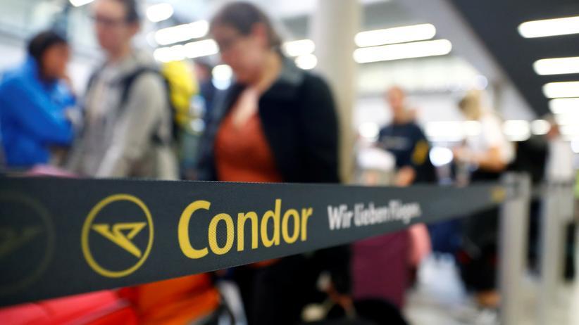 Condor: Noch können Kundinnnen und Kunden wie hier am Frankfurter Flughafen einchecken. Die Zukunft der deutschen Thomas-Cook-Tochter ist nach der Pleite des Reiseveranstalters ungewiss.