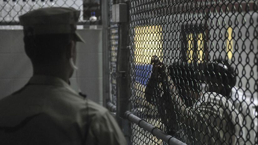USA: Auf der einen Seite des Zauns im Camp 6 in Guantanamo steht ein Wachmann, auf der anderen Seite sind Häftlinge zu sehen.