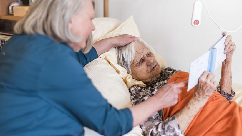 Alterspflege: Wer Familienmitglieder pflegt, geht damit auch ein Armutsrisiko ein.