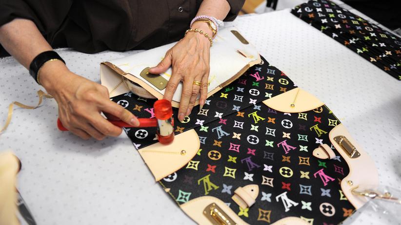 Handelsstreit: Könnte in den USA künftig sehr viel teurer werden: Handtaschen des Luxusdesigners Louis Vuitton, die im Pariser Vorort Asnieres-sur-Seine teils handgefertigt werden.