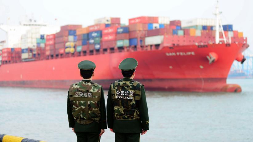 Konjunktur: Ein Containerschiff am Hafen von Qingdao im Osten Chinas