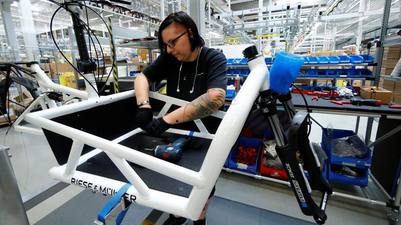 Arbeitsmarkt: Arbeit an einem Lastenrad in der Fabrik eines E-Bike-Herstellers in Hessen. Die Zahl der Erwerbstätigen in Deutschland ist auf einem Rekordhoch.