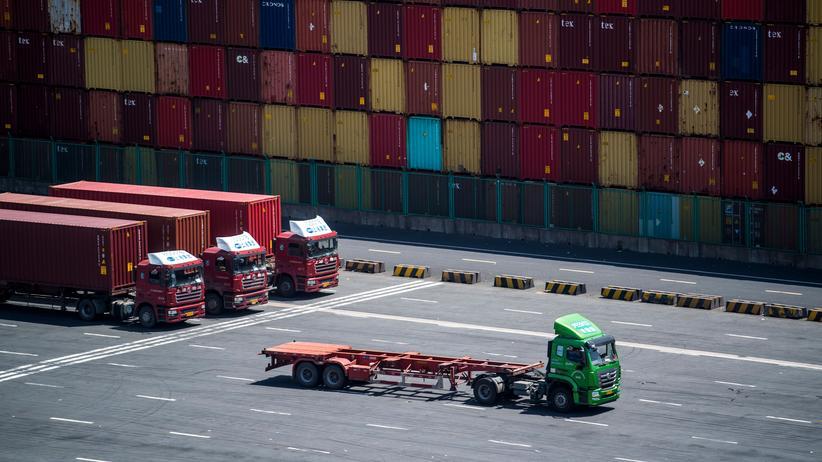 Handelsstreit: Im- und Export – und das im ganz großen Stil: Eines der vielen Containerterminals im Hafen von Shanghai