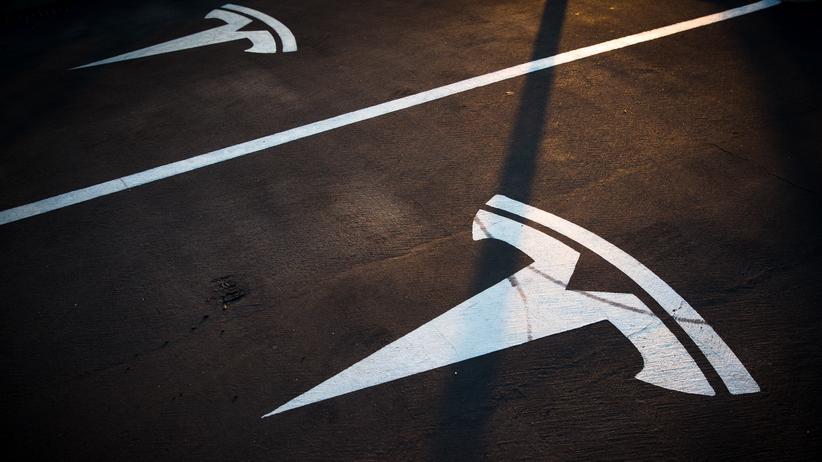 Tesla-Fabrik: Ein Tesla-Parkplatz mit Ladestation in Spanien