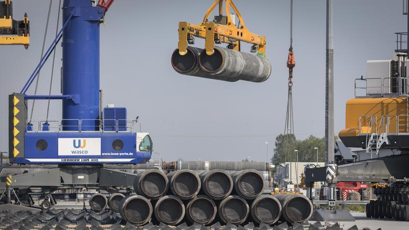 Nord Stream 2: Rohre für Nord Stream 2 werden in Sassnitz verladen.