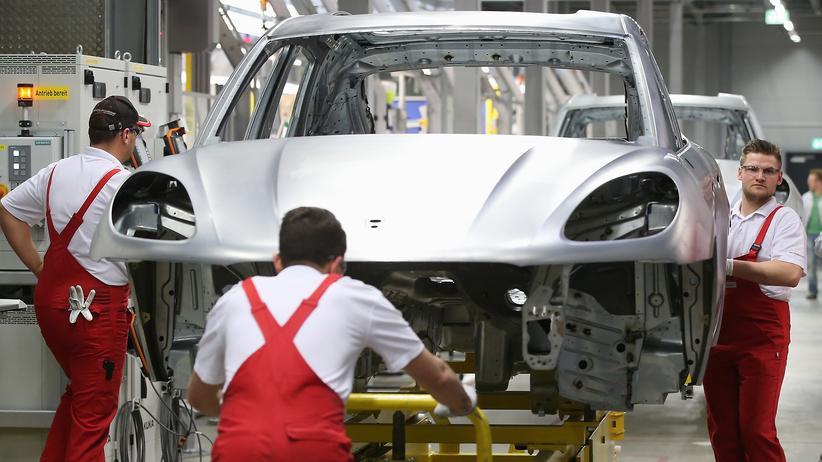 Arbeitsmarkt: Beschäftigte in einem Porsche-Werk in Leipzig