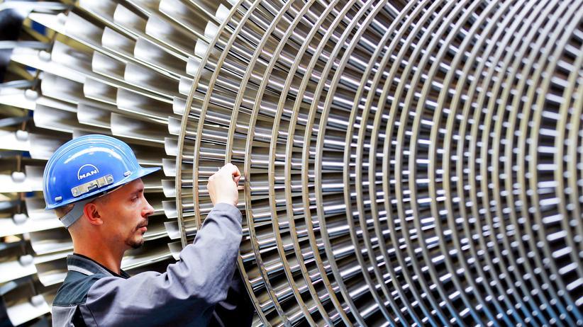 Statistisches Bundesamt: Qualifizierte Fachkräfte wie dieser Mechaniker im Werk des Turbinenherstellers MAN Turbo in Oberhausen werden allerorten gesucht – für Geringqualifizierte wird es dagegen schwer auf dem deutschen Arbeitsmarkt.