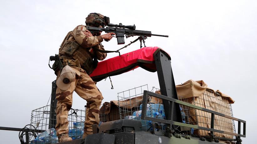 Bundesregierung: Französischer Soldat mit einem Gewehr von Heckler & Koch während eines Einsatzes in Mali