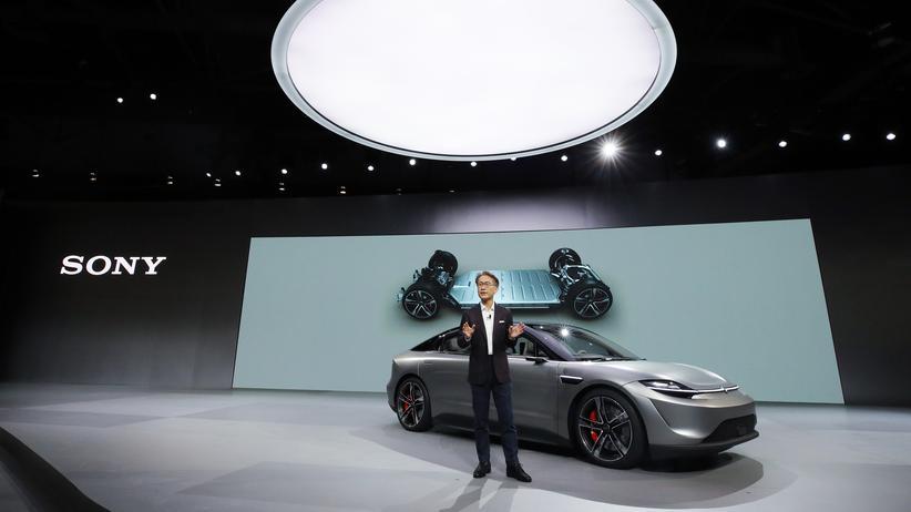 """""""Vision-S"""": Sony-Konzernchef Kenichiro Yoshida präsentiert auf der Technik-Messe CES den Prototyp namens """"Vision-S""""."""