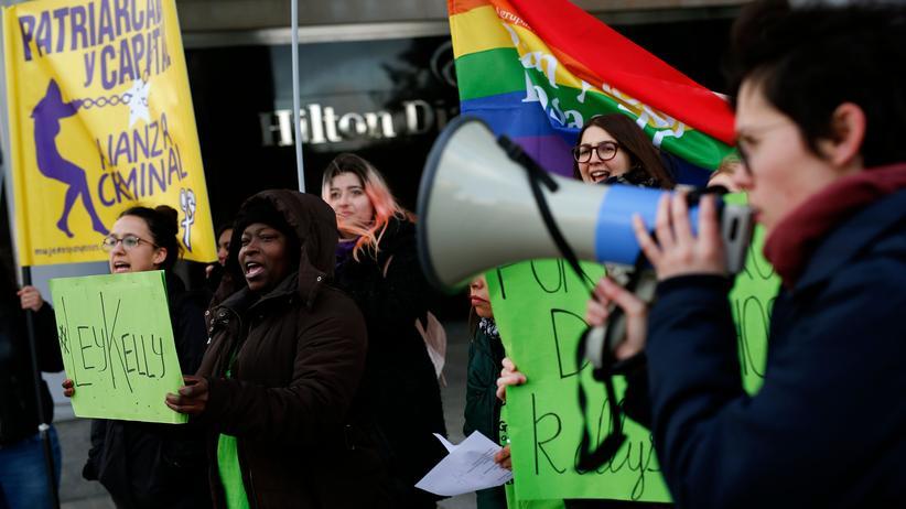 Spanien: Hotelangestellte protestieren für bessere Arbeitsbedingungen.