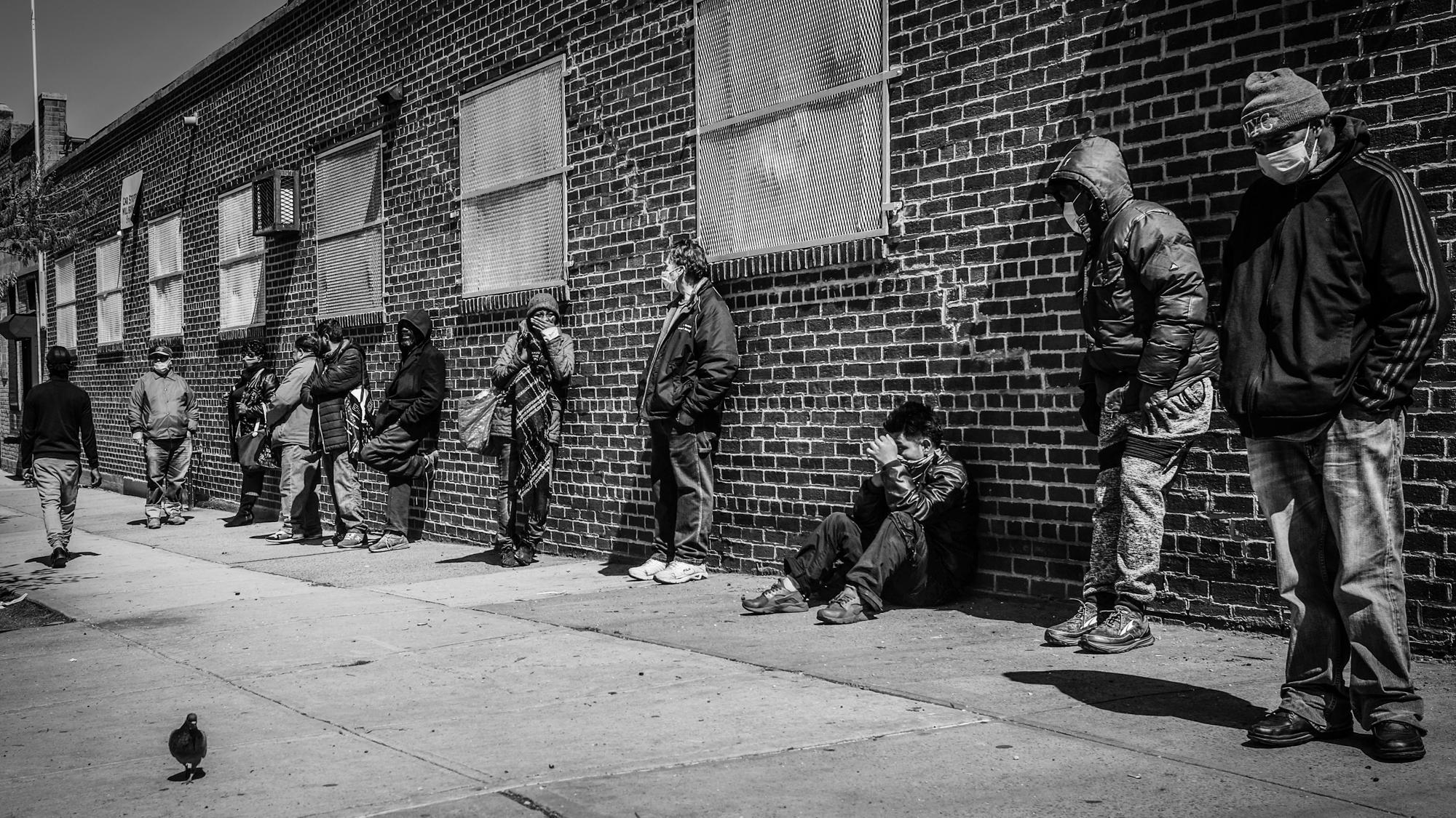 US-Wirtschaft und Corona: Wartende an einer Lebensmittelausgabe in Brooklyn, New York City