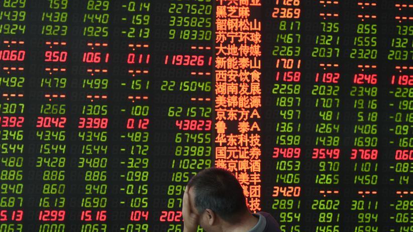Finanzmarkt: Ein chinesischer Investor verfolgt den Kursverlauf auf einer elektronischen Anzeigetafel.