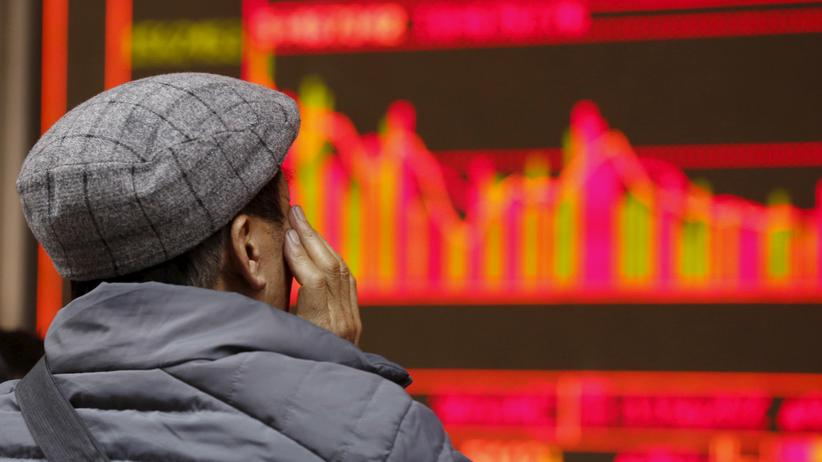 China: Ein Mann in Peking beobachtet die Kursentwicklung an Chinas Aktienmärkten.