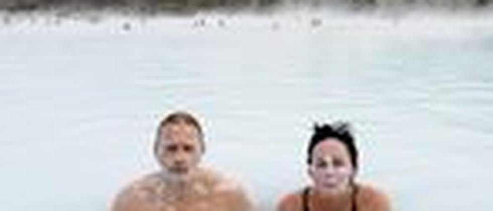 Touristen in der Blauen Lagune außerhalb von Reykjavik