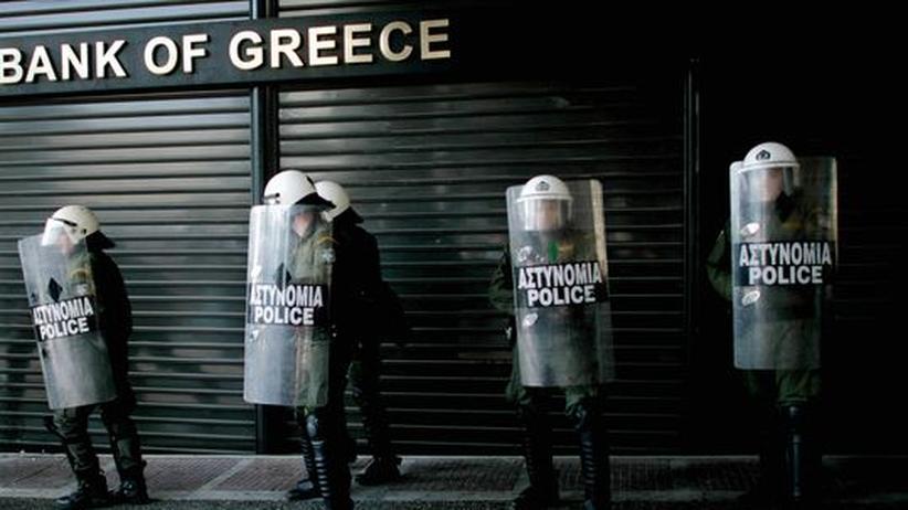 Währungsspekulation: Einsatzkräfte der Polizei bewachten während des Generalstreiks am vergangenen Mittwoch diese verrammelte Filiale der National Bank of Greece