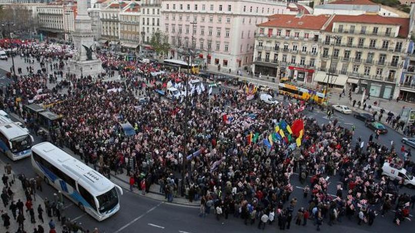 Staatsbankrotte: Proteste von Staatsbeschäftigen in Lissabon: Portugals Premier José Sócrates hatte zuvor angekündigt, die Löhne und Gehälter einzufrieren, um das Staatsdefizit Portugals zu begrenzen