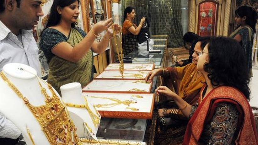 Kunden in einem Schmuckgeschäft in Neu Delhi
