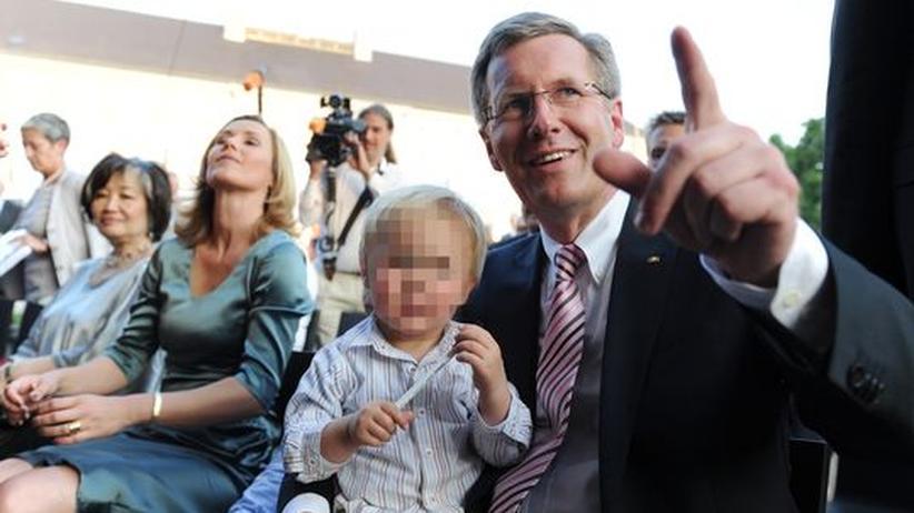 Patchworkfamilien: Auch eine Patchworkfamilie: Bundespräsident Christian Wulff (rechts) mit seinem Sohn Linus, daneben Ehefrau Bettina, während des traditionellen Sommerfests auf Schloss Bellevue