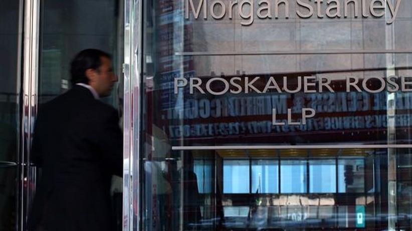 Ein Mann betritt das Gebäude der Bank Morgan Stanley in New York: Ihr Fall zeigt, dass es derzeit um die Immobilienmärkte nicht gut steht