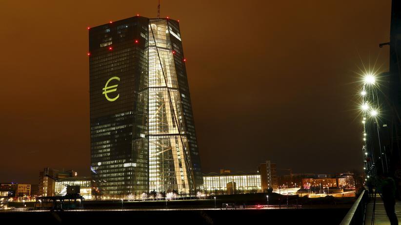 Altersvorsorge: Hort der Niedrigzinsen: Die EZB-Politik schmerzt Lebensversicherer und deren Kunden.