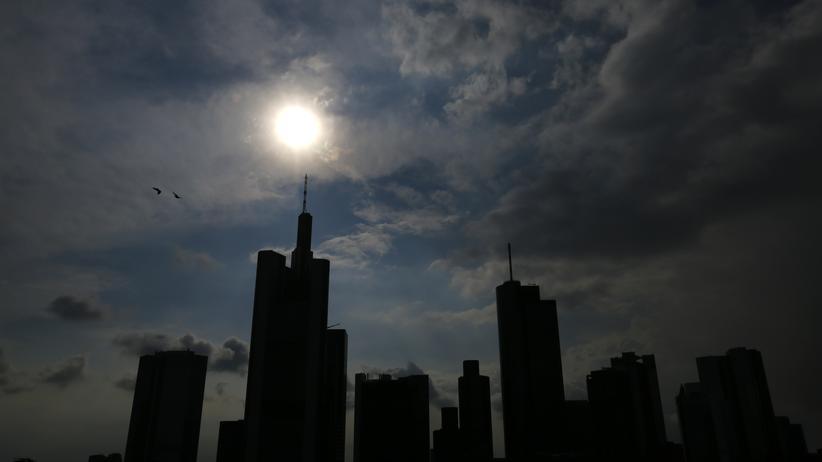 Aktien und Fonds: Wolken über den Bankentürmen in Frankfurt am Main