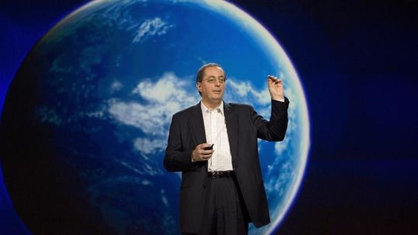 Intel-Chef Paul Otellini hält einen Vortrag mit einer Weltkugel im Hintergrund