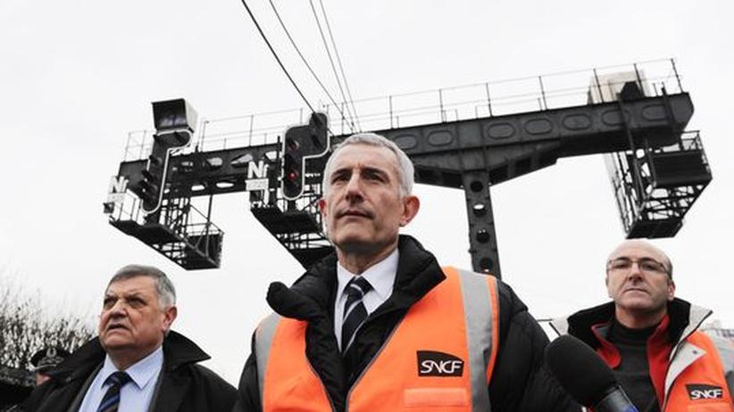 SNCF-Chef Guillaume Pepy (Mitte), hier mit dem Pariser Polizeichef Christian Lambert (links) und Regis Bulois, dem Verantwortlichen für die Instandhaltung des SNCF-Netzes im südwestlichen Teil von Paris