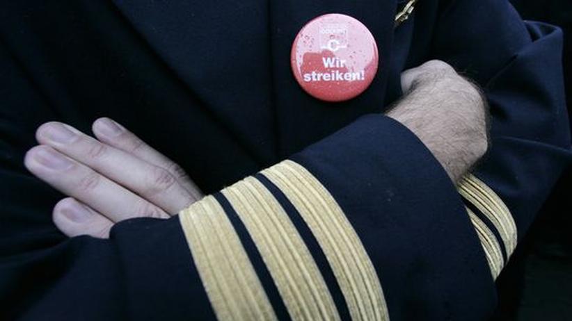 """Lufthansa-Streik: Ein Mitglied der Vereinigung Cockpit trägt den """"Wir streiken""""-Button am Revers (Aufnahme vom Montag). Seit Dienstag früh arbeiten die Piloten der Lufthansa wieder, der Betrieb läuft aber immer noch nicht rund"""