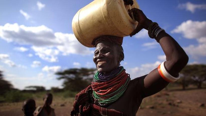 Eine Frau vom Turkana-Stamm in Nordkenia besorgt Trinkwasser für ihre Familie