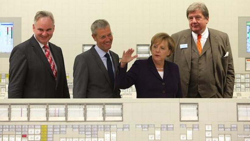 Eon-Chef Johannes Teyssen, Umweltminister Norbert Röttgen, Bundeskanzlerin Angela Merkel und RWE-Chef Jürgen Großmann besichtigen das Atomkraftwerk Emsland