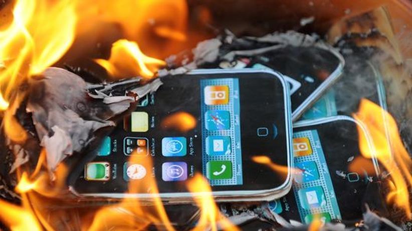 Brennende Nachbildungen von Apple-Produkten während eines Protests gegen Foxconn in Hongkong im vergangenen Mai.