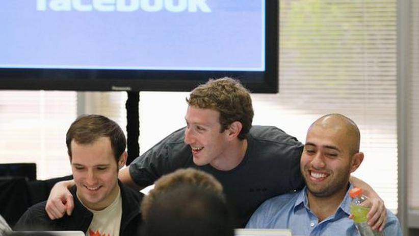 Facebook-Gründer Mark Zuckerberg (Mitte) mit zwei seinen Mitarbeitern