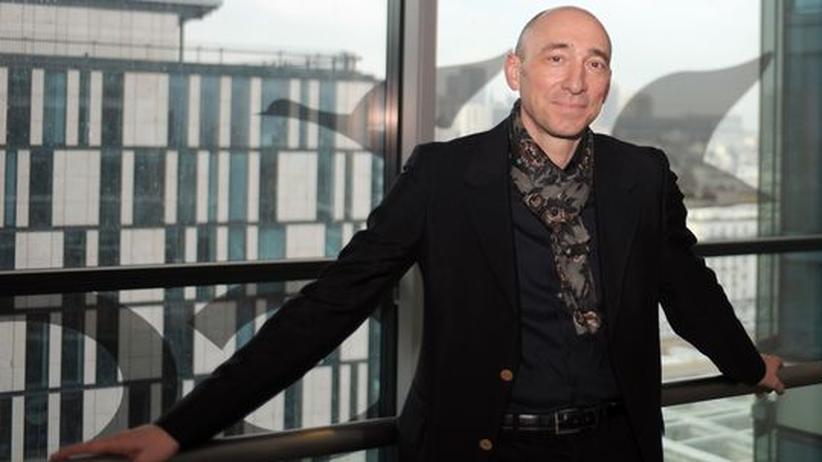 Hotelkette: Der neue Chef: Denis Hennequin stellt sich im Accor-Hauptquartier den Fotografen.