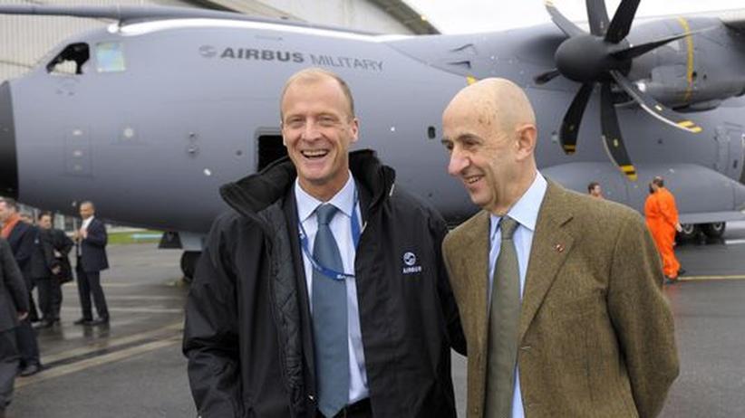 Flugzeugbau: EADS-Chef Louis Gallois (rechts) und Airbus-Chef Thomas Enders posieren auf dem Gelände der Airbus-Zentrale in Toulouse vor dem Militärtransporter A400M.
