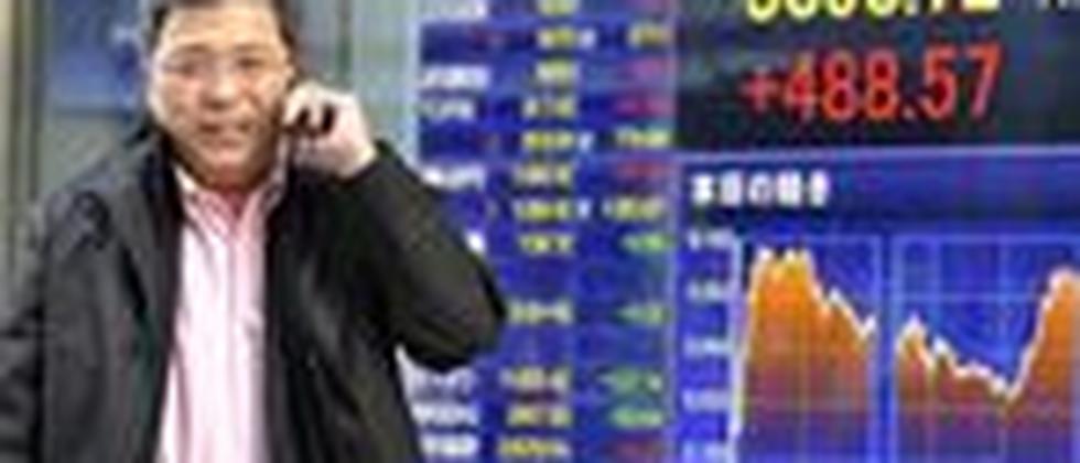 Geschäftsmann in Tokyo: Nach dem Beben ist die Lieferkette unterbrochen, in deutschen Betrieben werden Teile aus Japan knapp
