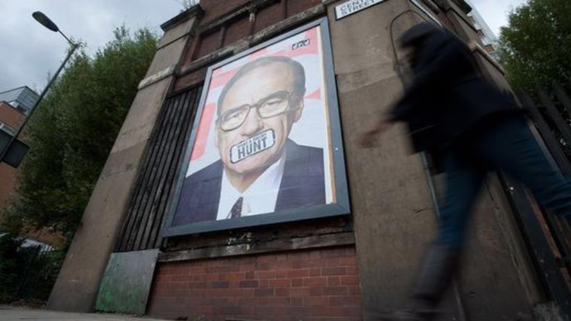 Ein Poster in einer Straße im Osten von London zeigt eine Montage von Rupert Murdoch.