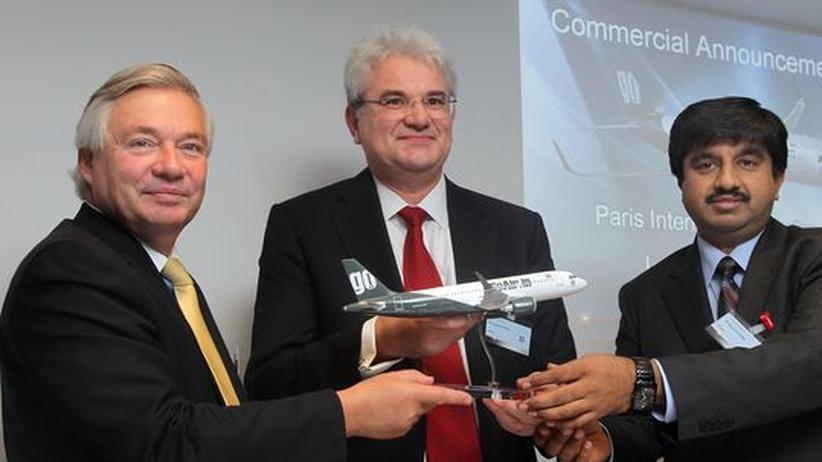 Flugzeughändler: Airbus-Vertriebsleiter John Leahy (links) mit dem Chef der Fluglinie indischen Fluglinie Go Air, Giorgio de Roni (Mitte) und  Go-Manager Kaushik Khona (rechts), im Juni 2011