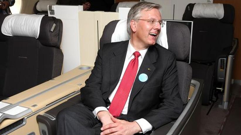 Unternehmenschefs: Lufthansa-Chef Christoph Franz sitzt in einem Airbus A380, den er gerade getauft hat (Archivbild).