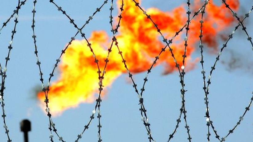 Energiewirtschaft: Auf einer Produktionsanlage des russischen Ölkonzerns Rosneft in Westsibirien wird Gas abgefackelt (Archivbild).