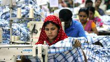 Textilarbeiter in einer Fabrik in Ashulia, Bangladesch (Archiv)