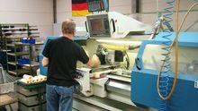 Arbeiter bei der Polytron GmbH